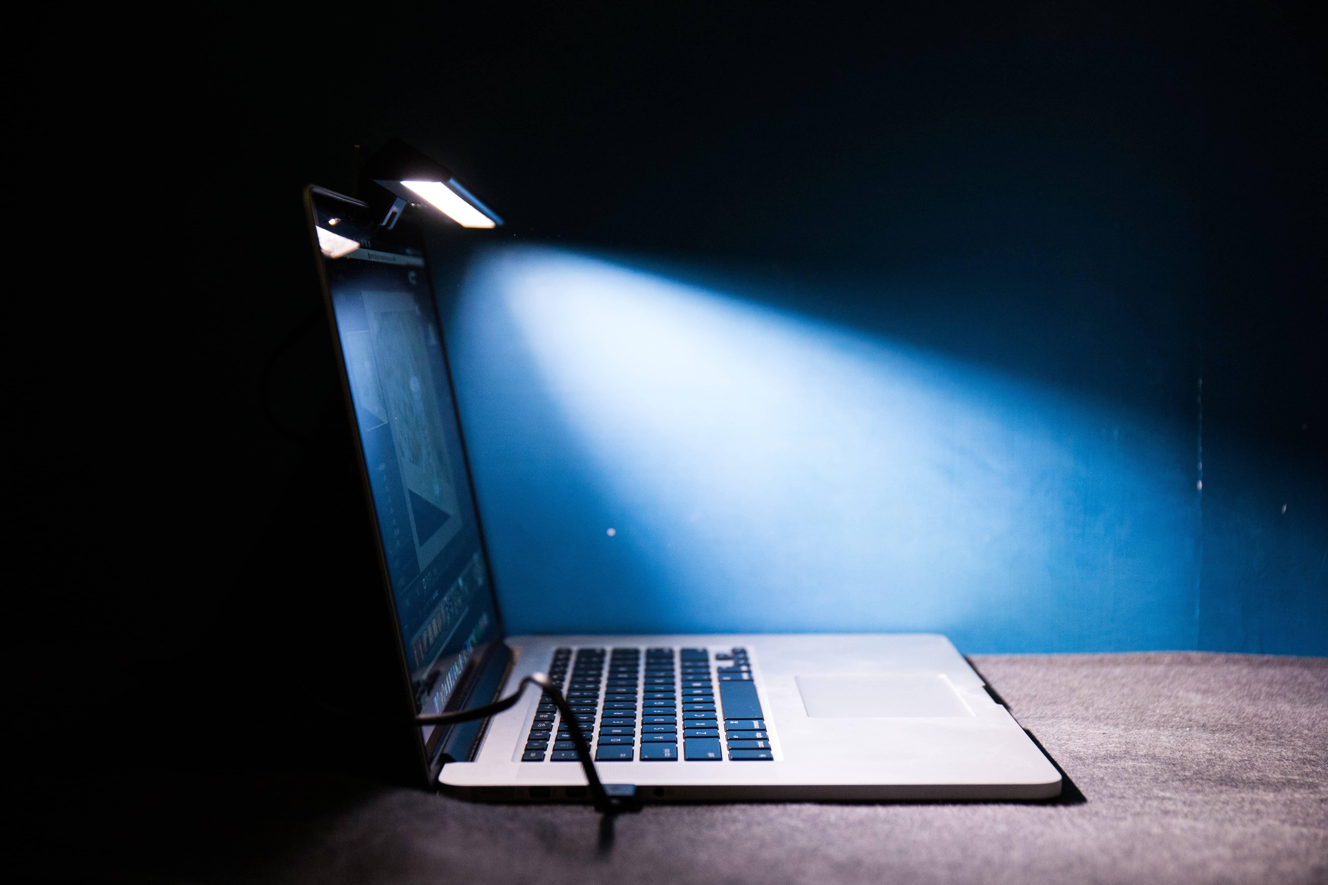 LED護眼再升級?輕巧便攜的筆電智能掛燈-BenQ WiT ScreenBar Lite-TechTeller (科技說)